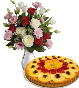 crostata-alla-frutta-con-bouquet-di-roselline