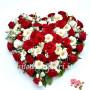 cuore-di-rose-rosse-fiori-misti-bianchi