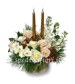 centro-tavola-natalizio-con-rose-e-fiori-bianchi